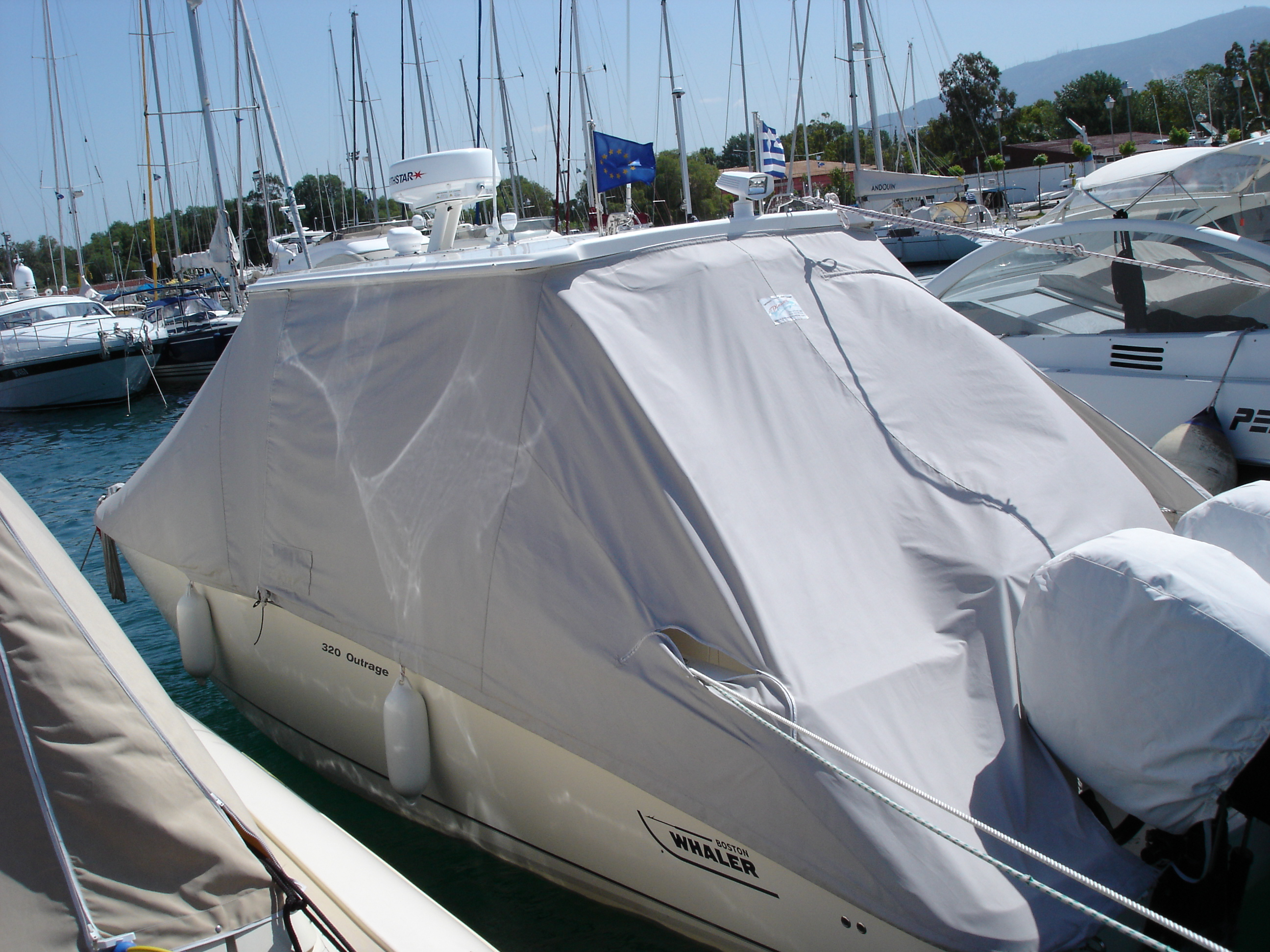 Boston Whaler 320 Cover easy removable in two pieces.